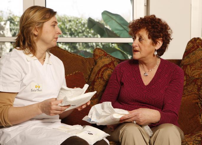 Verpleegkundige geeft uitleg over incontinentiemateriaal