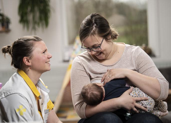 vroedvrouw met mama en baby