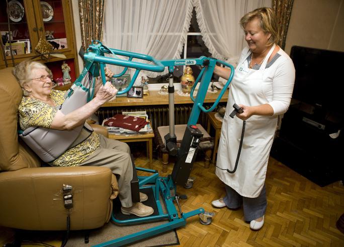 Hulpmiddelen; thuisverpleging; mantelzorger; zorgverlener; mobiliteit; personenalarm; bedden