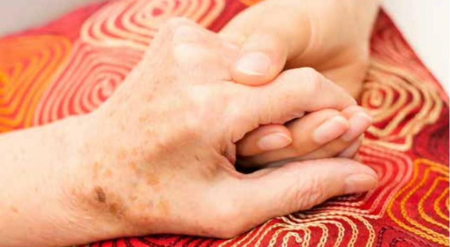 Jong hand houdt een ouder hand vast.