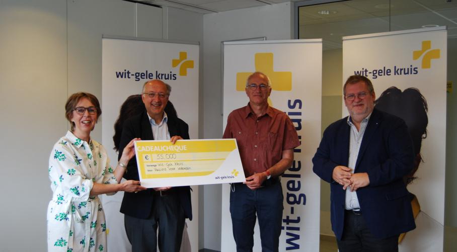 Overhandiging cheque door het Wit-Gele Kruis