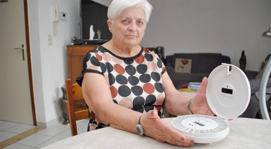 Patiënte Elisabeth (Lieske) met haar medicatiedispenser