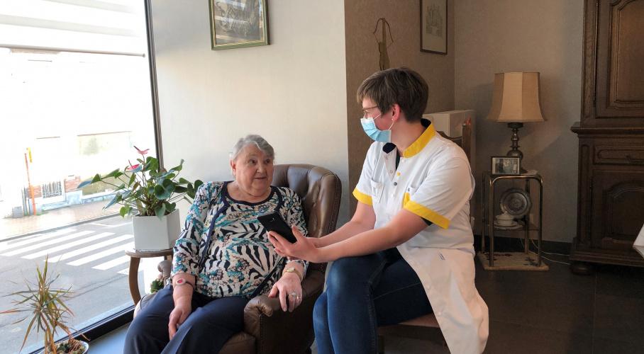 Koningin Mathilde belt met thuisverpleegkundige Celien Gadeyne van het Wit-Gele Kruis