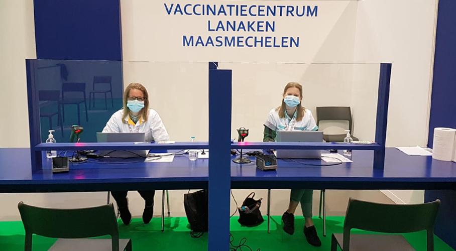 Foto van moeder en dochter in vaccinatiecentrum