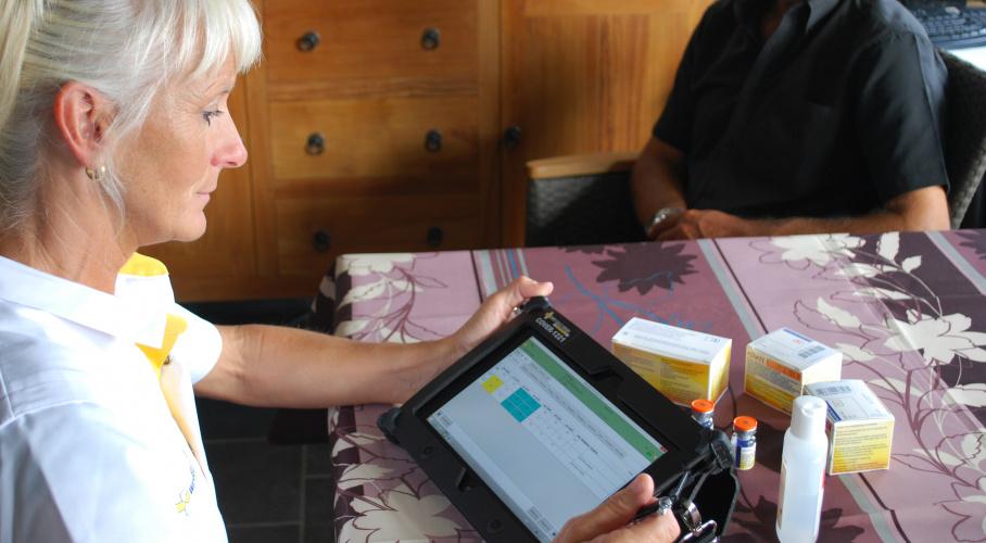 Thuisverpleegkundige met tablet