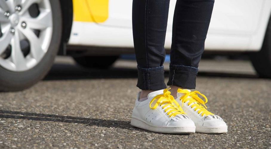 witte schoenen met gele veters